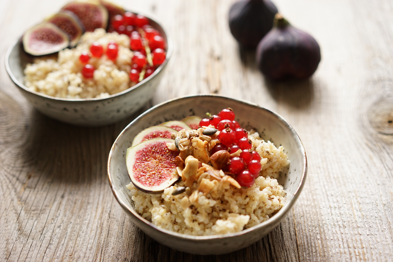 Natur Reis Porridge mit Feigen und Johannisbeeren